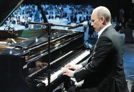 Putin plays piano